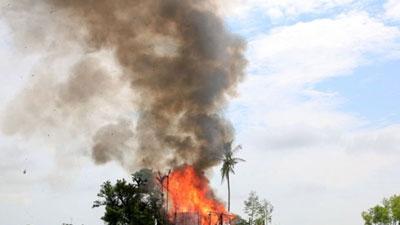 'সেনাবাহিনীর আগুনে পুড়ছে রোহিঙ্গা গ্রাম'
