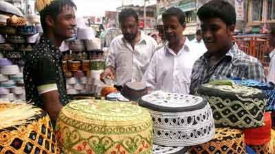 শেষ মুহূর্তে রমরমা আতর-টুপি-জায়নামাজের বাজার