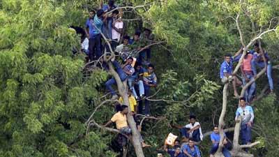 'অবরুদ্ধ' শ্রীলঙ্কান ক্রিকেটারদের উদ্ধার!