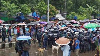 ঢাকা কলেজ শিক্ষার্থীদের সড়ক অবরোধ
