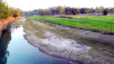 এক সময়ের খরস্রোতা নদী এখন মরা খাল